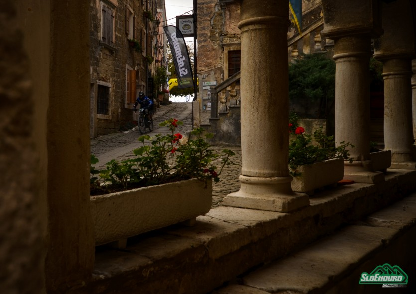 Prolog in peta etapa sta potekala po ulicah imenitnega Grožnjana